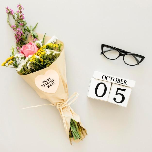 Bovenaanzicht bloemen boeket en glazen Gratis Foto