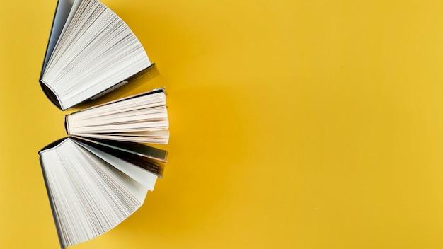 Bovenaanzicht boog gemaakt van open boeken Gratis Foto