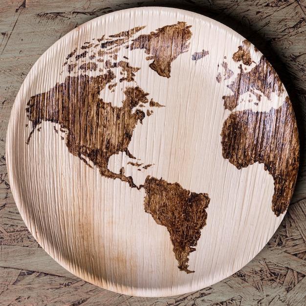 Bovenaanzicht bord met wereldkaart Gratis Foto