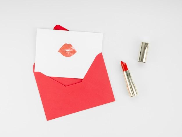 Bovenaanzicht brief met lippenstift mark Gratis Foto