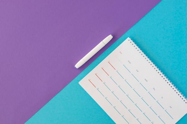 Bovenaanzicht briefpapier kalender en marker Gratis Foto