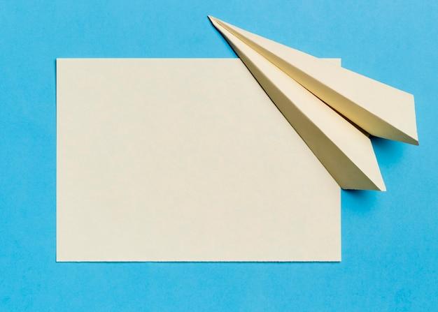 Bovenaanzicht briefpapier papier vliegtuig en papier Gratis Foto