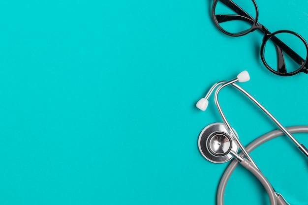 Bovenaanzicht brillen met stethoscoop Gratis Foto