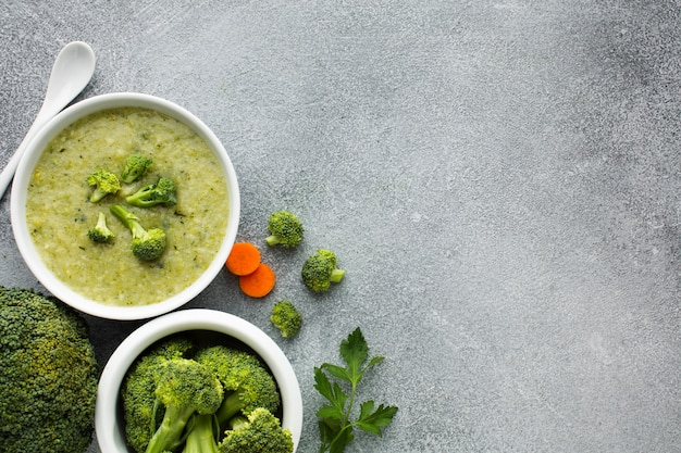 Bovenaanzicht broccoli en wortelen bisque met kopie ruimte Gratis Foto