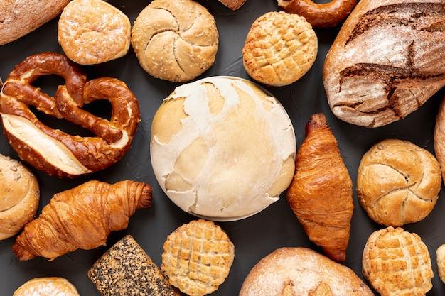 Bovenaanzicht brood bagels en croissants Gratis Foto