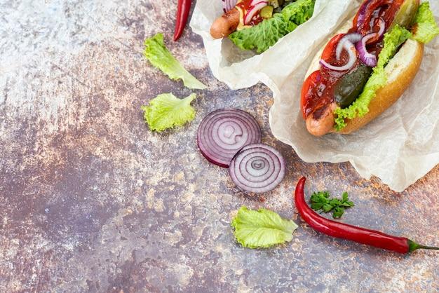 Bovenaanzicht broodjes met chili pepers Gratis Foto