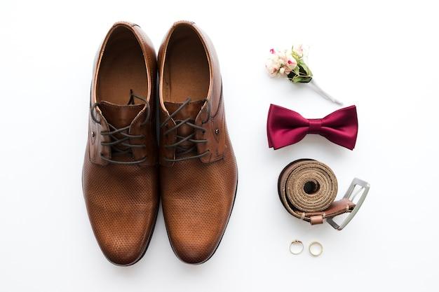 Bovenaanzicht bruidegom schoenen en accessoires Gratis Foto