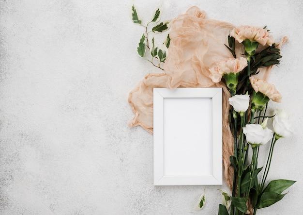 Bovenaanzicht bruiloft bloemen en frame met kopie ruimte Gratis Foto