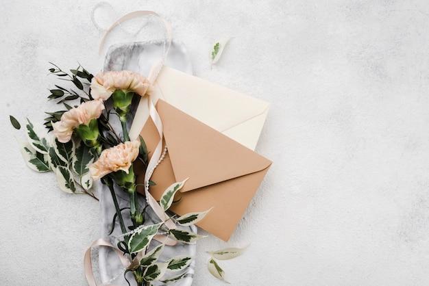 Bovenaanzicht bruiloft bloemen met enveloppen Gratis Foto