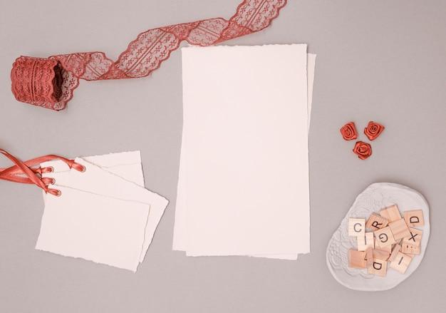 Bovenaanzicht bruiloft decoratie met uitnodigingen en ornamenten Gratis Foto