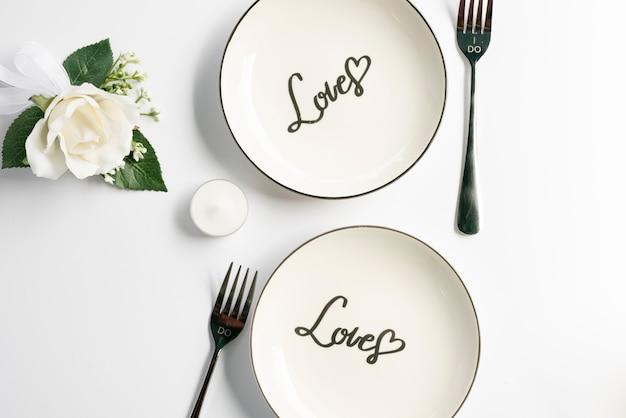 Bovenaanzicht bruiloft platen met witte achtergrond Gratis Foto