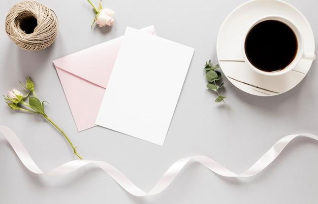 Bovenaanzicht bruiloft uitnodiging met koffie naast Gratis Foto