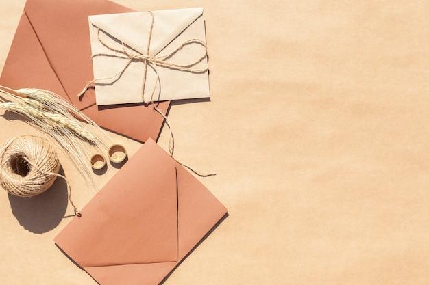 Bovenaanzicht bruiloft uitnodigingen in enveloppen met kopie ruimte Gratis Foto