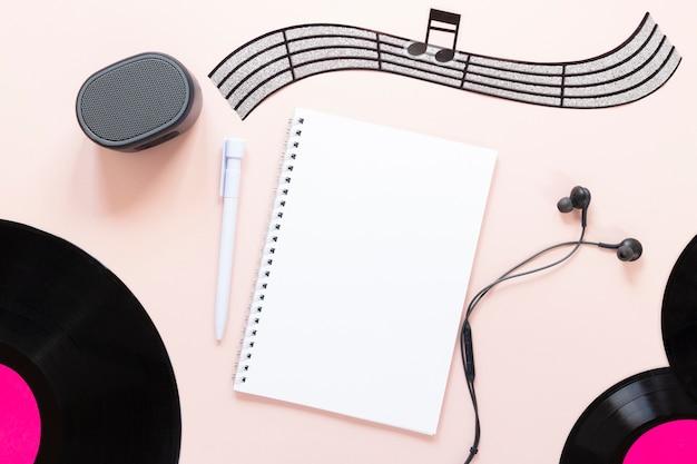 Bovenaanzicht bureau concept met muziek thema Gratis Foto