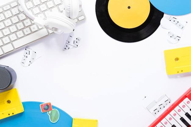 Bovenaanzicht bureau concept met muzikale thema Gratis Foto