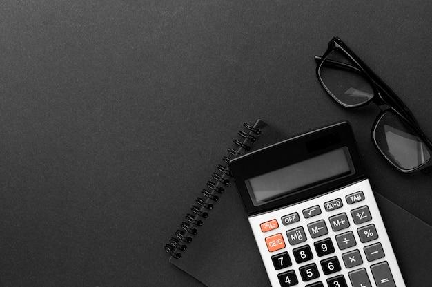 Bovenaanzicht bureau concept met rekenmachine Premium Foto