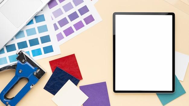 Bovenaanzicht bureau-elementen arrangement met lege schermtablet Gratis Foto
