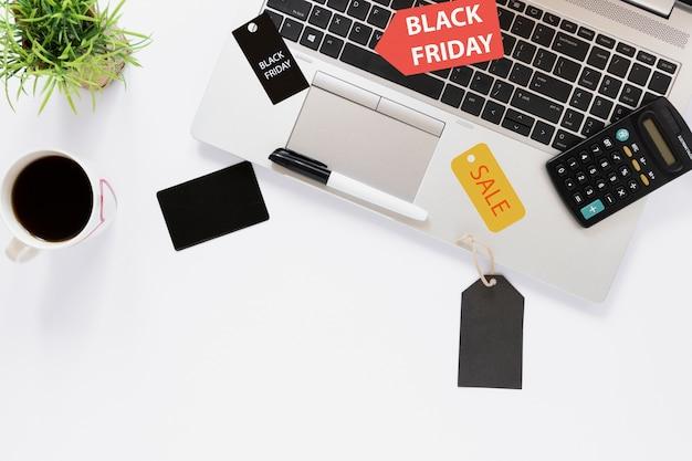 Bovenaanzicht bureau met laptop en verkoop tags Gratis Foto