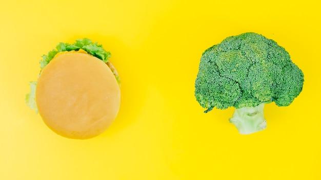 Bovenaanzicht burguer versus broccoli Gratis Foto
