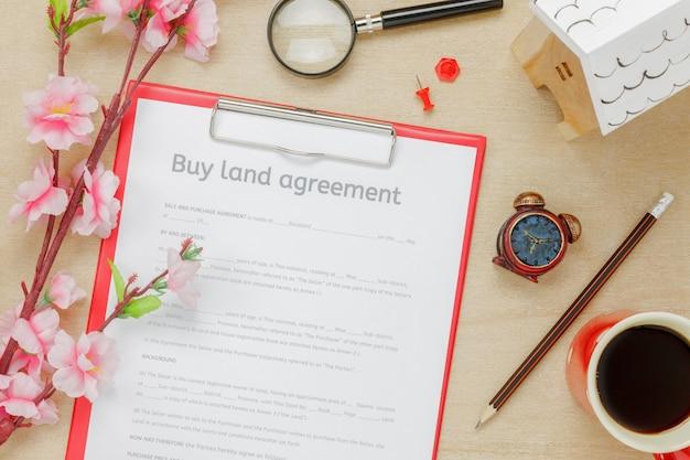 Bovenaanzicht business office desk background.the bedrijf kopen land ouderdom vorm potlood hout huis mooie roze bloem op houten tafel achtergrond met kopie ruimte. Gratis Foto