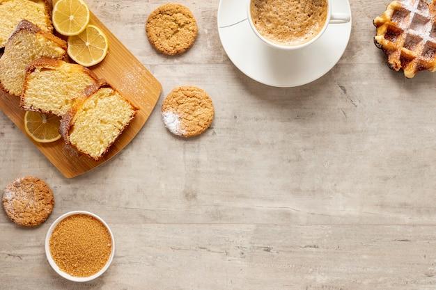 Bovenaanzicht cake koekjes en koffie Gratis Foto