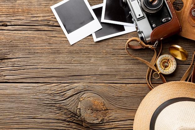 Bovenaanzicht camera met foto's op een tafel Gratis Foto