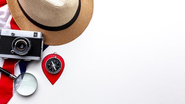 Bovenaanzicht camera met hoed en kompas Gratis Foto
