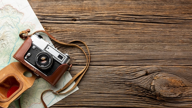 Bovenaanzicht camera op een houten tafel Gratis Foto