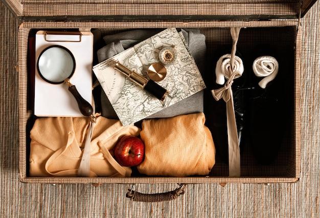 Bovenaanzicht casual kleding verpakt in vintage koffer Gratis Foto