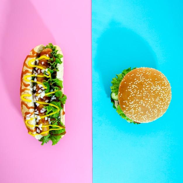 Bovenaanzicht cheeseburger en hotdog Gratis Foto