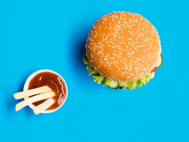 Bovenaanzicht cheeseburger met ketchup saus Gratis Foto