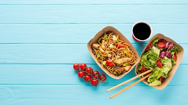 Bovenaanzicht chinees eten met sap Gratis Foto