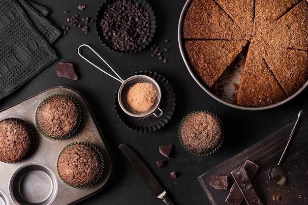 Bovenaanzicht chocoladetaart klaar om te worden geserveerd Gratis Foto
