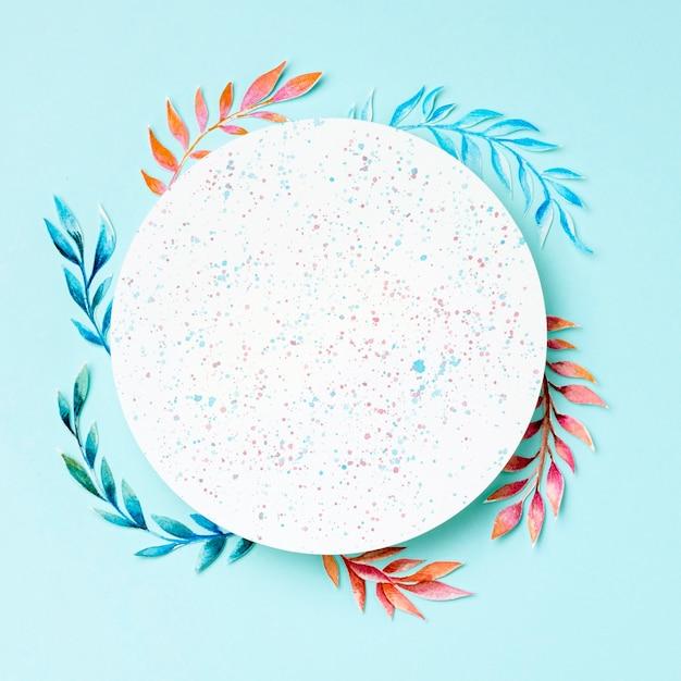 Bovenaanzicht cirkel omgeven door tropische bladeren Premium Foto