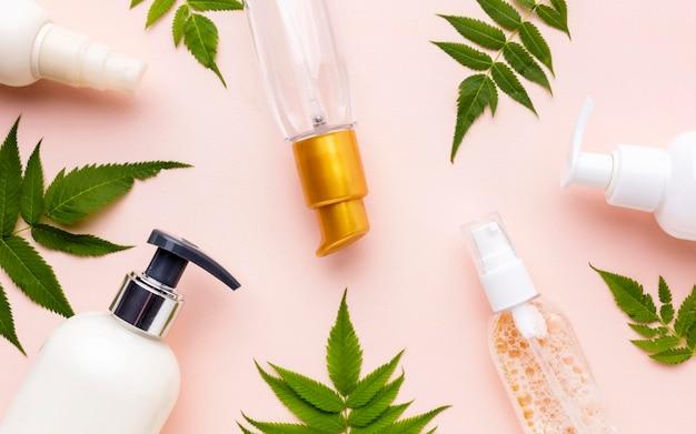 Bovenaanzicht collectie van cosmetische producten Premium Foto