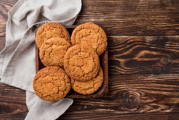 Bovenaanzicht cookies en lade met keukendoek Gratis Foto
