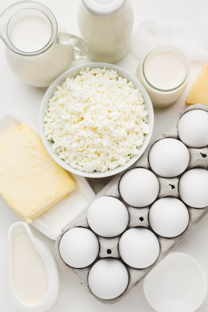 Bovenaanzicht cottage cheese met eieren en melk Gratis Foto