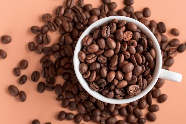 Bovenaanzicht cup met biologische koffiebonen Gratis Foto