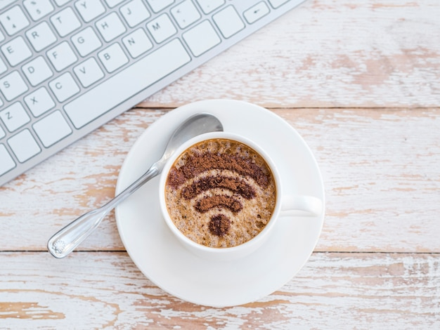 Bovenaanzicht cup met wifi-symbool Gratis Foto