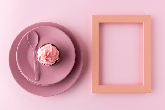 Bovenaanzicht cupcake op plaat en frame Gratis Foto