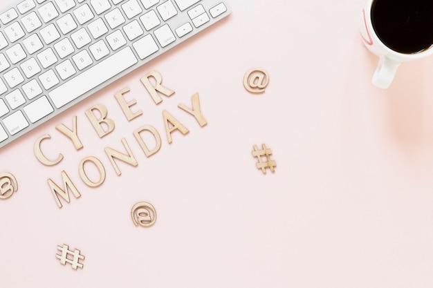 Bovenaanzicht cyber maandag tekst op het bureau Gratis Foto