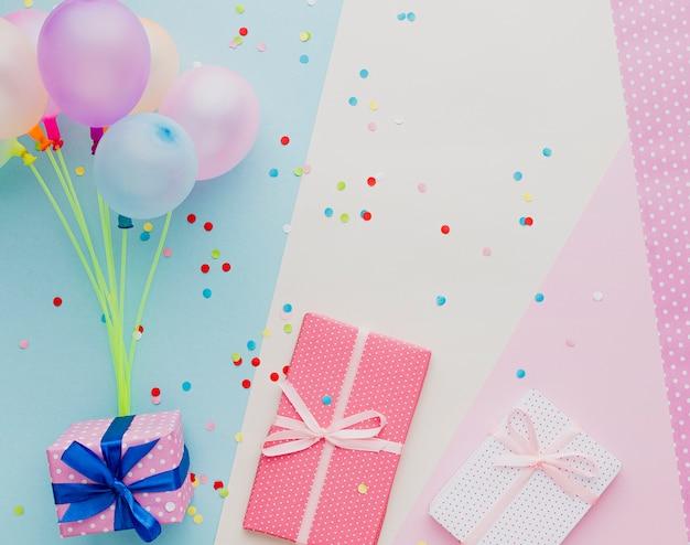 Bovenaanzicht decoratie met ballonnen en geschenken Gratis Foto