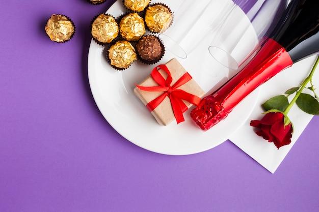 Bovenaanzicht decoratie met chocolade en witte plaat Gratis Foto