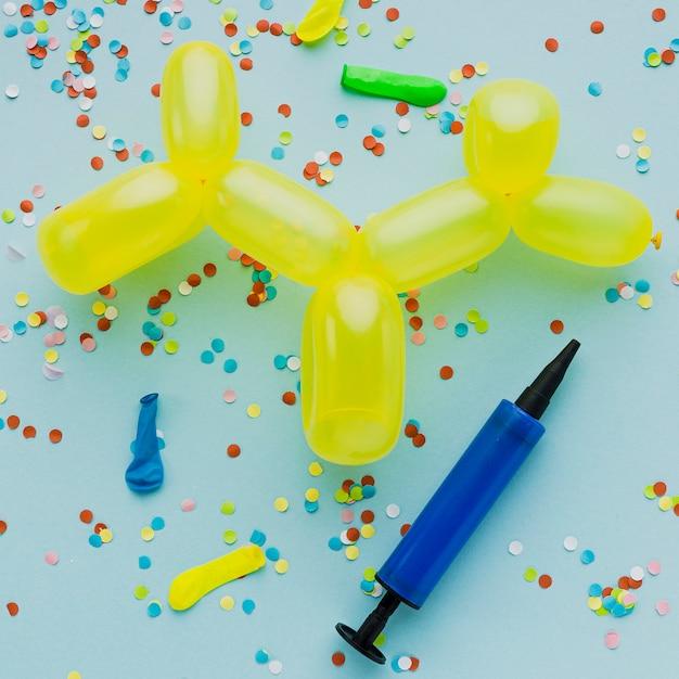Bovenaanzicht decoratie met gele ballon Gratis Foto