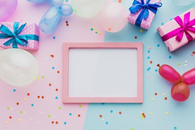 Bovenaanzicht decoratie met geschenkdoos en frame Gratis Foto