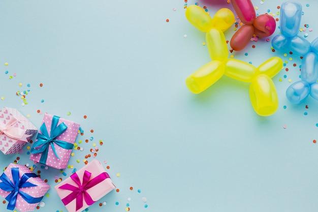 Bovenaanzicht decoratie met geschenkdozen en ballonnen Gratis Foto