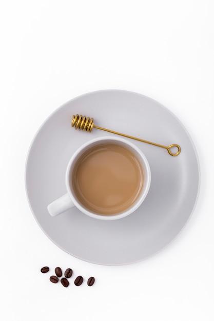 Bovenaanzicht decoratie met koffiekopje en bonen Gratis Foto