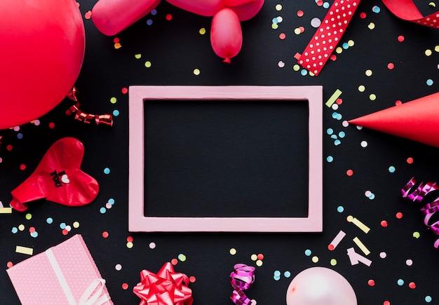 Bovenaanzicht decoratie met rode ballon en frame Gratis Foto