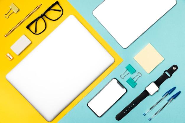 Bovenaanzicht desk concept met apparaten en stationaire Gratis Foto