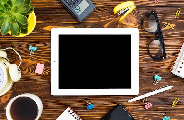 Bovenaanzicht desk concept met een tablet Gratis Foto